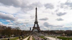 Эйфелева башня с облаками заплывания акции видеоматериалы