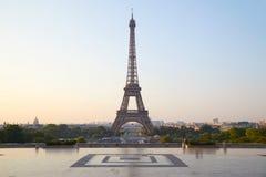Эйфелева башня, ясный восход солнца на Trocadero, никто в Париже, Франции стоковые изображения rf