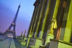 Эйфелева башня без людей во время рано утром Стоковая Фотография RF