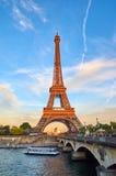 Эйфелева башня в вечере, сценарном взгляде Стоковые Фото