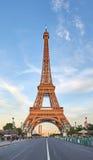Эйфелева башня в вечере, сценарном взгляде Стоковые Изображения RF