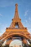 Эйфелева башня в вечере, сценарном взгляде Стоковое Фото