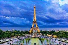 Эйфелева башня в заходе солнца освещает, Париж, Франция, Европа Стоковые Изображения RF