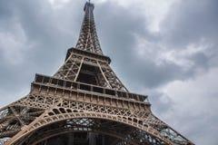 Эйфелева башня в Париже в пасмурном дне Стоковая Фотография