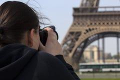 Эйфелева башня женщины фотографируя стоковые изображения rf