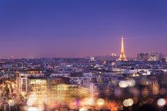 Эйфелева башня загоренная на ноче с bokeh освещает, Montmartre на заднем плане, Париж Стоковые Фотографии RF