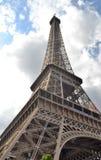 Эйфелева башня, касаясь облакам Стоковое Фото