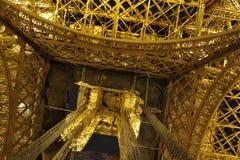Эйфелева башня, крупный план от дна стоковые изображения