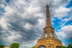 Эйфелева башня на заходе солнца в Париже, Франции Предпосылка перемещения HDR романтичная Стоковое Изображение RF