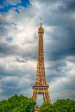 Эйфелева башня на заходе солнца в Париже, Франции Романтичная предпосылка перемещения HDR Стоковое Изображение