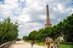 Эйфелева башня на заходе солнца в Париже, Франции Романтичная предпосылка перемещения Стоковые Фото