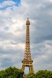 Эйфелева башня на заходе солнца в Париже, Франции Романтичная предпосылка перемещения Стоковая Фотография RF