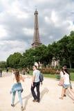 Эйфелева башня на заходе солнца в Париже, Франции Романтичная предпосылка перемещения Стоковое Изображение RF