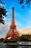 Эйфелева башня над Рекой Сена против голубого неба Стоковые Фотографии RF