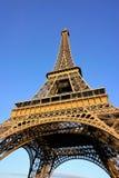 Эйфелева башня на солнечный день с ясной предпосылкой голубого неба Стоковые Фотографии RF