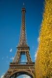 Эйфелева башня ПАРИЖА, ФРАНЦИИ - 9-ое ноября 2014 над голубым небом и Стоковая Фотография