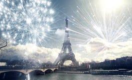Эйфелева башня Париж, Франция с фейерверками Стоковые Фотографии RF