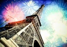 Эйфелева башня & x28; Париж, France& x29; с фейерверками стоковое изображение