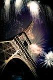 Эйфелева башня & x28; Париж, France& x29; с фейерверками стоковые изображения