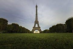 Эйфелева башня с растительностью в ясном дне неба Стоковое Фото