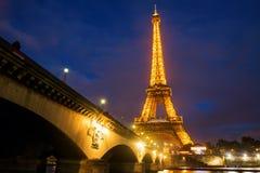 Эйфелева башня с светлой выставкой представления на ноче Стоковые Фото