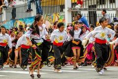 Эквадорские дети в традиционных красочных костюмах стоковые фотографии rf