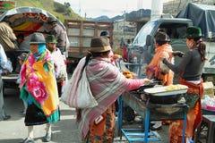 Эквадорские этнические люди продавая сваренную еду Стоковая Фотография RF