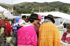 Эквадорские этнические люди с индигенными одеждами в сельском рынке субботы в деревне Zumbahua, эквадоре Стоковые Изображения
