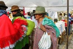 Эквадорские этнические люди с индигенными одеждами в сельском рынке субботы в деревне Zumbahua, эквадоре Стоковые Фото