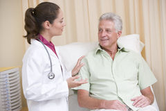экзамен доктора проверки давая комнату человека к Стоковое Изображение