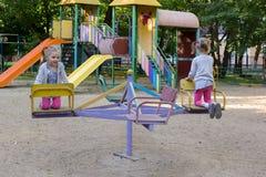 2 экземпляра водоворота девушки на carousel Стоковое фото RF