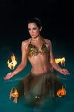 Экзотическая исполнительница танца живота с пламенистой ладонью Toches Стоковое Фото