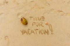 экзотическая каникула Время на каникулы написанные на песке стоковые фото