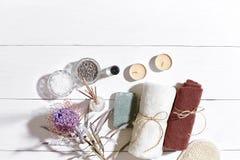 экзотическая спа продуктов массажа цветка облицовывает полотенце Соли для принятия ванны, сухие цветки лаванда, мыло, свечи и пол Стоковые Фото