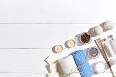 экзотическая спа продуктов массажа цветка облицовывает полотенце Соли для принятия ванны, сухие цветки лаванда, мыло, свечи и пол Стоковое Изображение RF