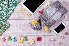 Экзотическая сумка snakeskin моды на деревянной предпосылке, взгляд сверху, открытом космосе для текста, smartphone и таблетке с  Стоковые Фото