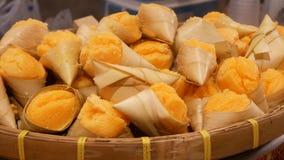 Экзотические восточные азиатские сладкие очень вкусные десерты, необыкновенные красочные традиционные блюда на счетчиках благотво акции видеоматериалы