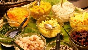 Экзотические восточные азиатские сладкие очень вкусные десерты, необыкновенные красочные традиционные блюда на счетчиках благотво сток-видео