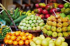 Экзотические плодоовощи на рынке фермера в Фуншале, Мадейре, Португалии Стоковые Фотографии RF
