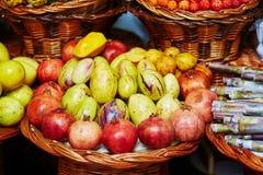 Экзотические плодоовощи на рынке фермера в Фуншале, Мадейре, Португалии Стоковые Изображения