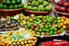 Экзотические плодоовощи на рынке фермера в Фуншале, Мадейре, Португалии Стоковые Фото
