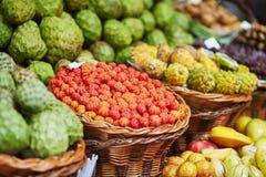 Экзотические плодоовощи на рынке фермера в Фуншале, Мадейре, Португалии Стоковое фото RF