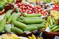 Экзотические плодоовощи на рынке фермера в Фуншале, Мадейре, Португалии Стоковые Изображения RF