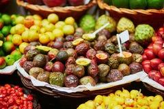 Экзотические плодоовощи на рынке фермера в Фуншале, Мадейре, Португалии Стоковое Изображение RF
