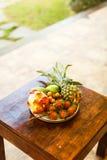 Экзотические плодоовощи на плите: манго, плодоовощ дракона; манго; ананас Стоковая Фотография
