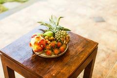 Экзотические плодоовощи на плите: манго, плодоовощ дракона; манго; ананас Стоковое Изображение