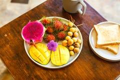 Экзотические плодоовощи на плите: манго, плодоовощ дракона; манго; ананас Стоковые Изображения