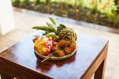 Экзотические плодоовощи на плите: манго, плодоовощ дракона; манго; ананас Стоковое фото RF