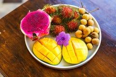 Экзотические плодоовощи на плите: манго, плодоовощ дракона; манго; ананас Стоковые Фото