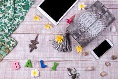 Экзотические сумки snakeskin моды на деревянной предпосылке, взгляд сверху, открытом космосе для текста, smartphone и таблетке с Стоковое Изображение
